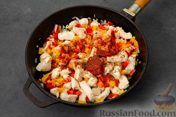 Фото приготовления рецепта: Макаронная запеканка с куриным филе, сладким перцем, сыром и соусом бешамель - шаг №9