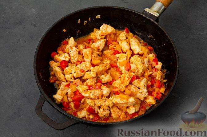 Фото приготовления рецепта: Макаронная запеканка с куриным филе, сладким перцем, сыром и соусом бешамель - шаг №10