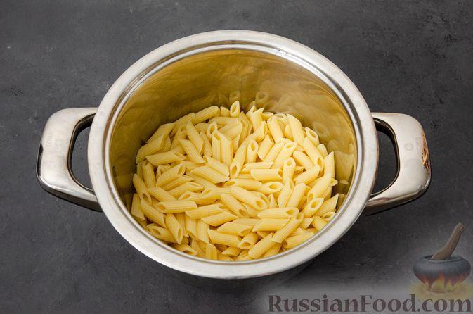 Фото приготовления рецепта: Макаронная запеканка с куриным филе, сладким перцем, сыром и соусом бешамель - шаг №11