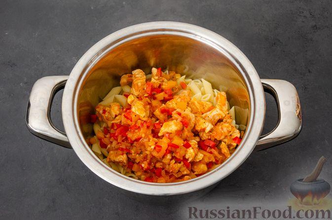 Фото приготовления рецепта: Макаронная запеканка с куриным филе, сладким перцем, сыром и соусом бешамель - шаг №12