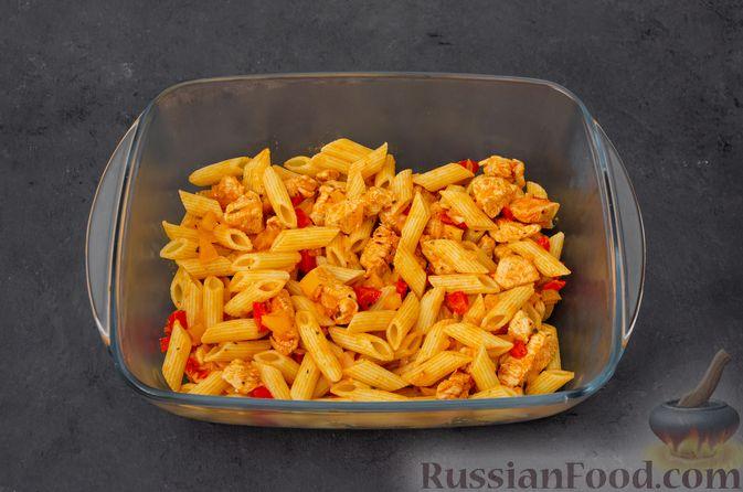 Фото приготовления рецепта: Макаронная запеканка с куриным филе, сладким перцем, сыром и соусом бешамель - шаг №20