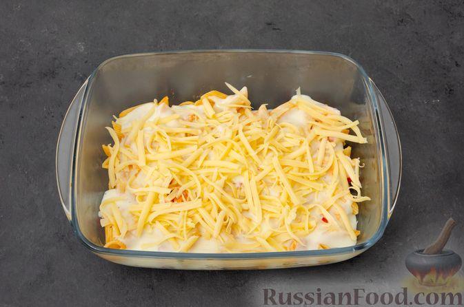 Фото приготовления рецепта: Макаронная запеканка с куриным филе, сладким перцем, сыром и соусом бешамель - шаг №21