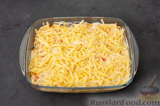 Фото приготовления рецепта: Макаронная запеканка с куриным филе, сладким перцем, сыром и соусом бешамель - шаг №22