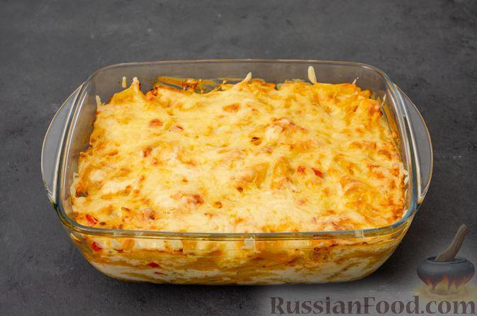Фото приготовления рецепта: Макаронная запеканка с куриным филе, сладким перцем, сыром и соусом бешамель - шаг №23