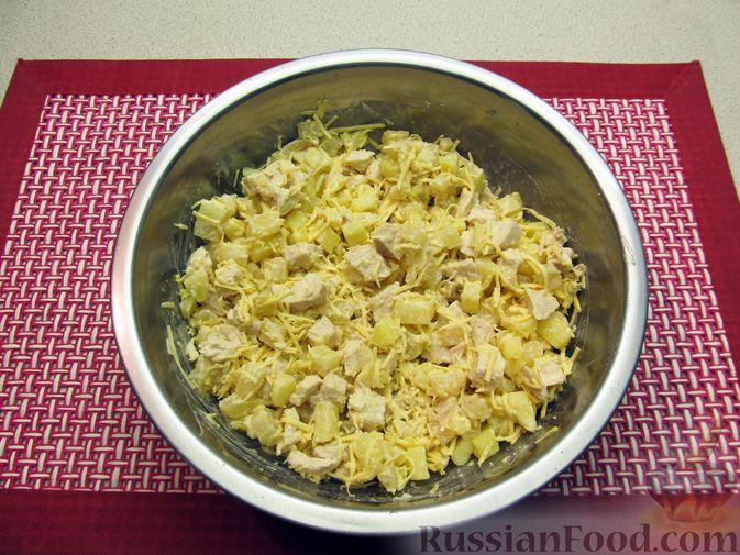 Фото приготовления рецепта: Салат с курицей, картофелем, ананасами и сыром - шаг №12