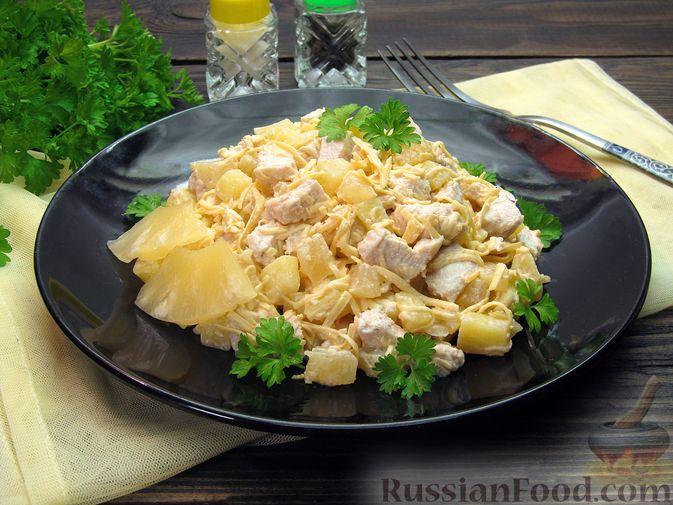 Фото к рецепту: Салат с курицей, картофелем, ананасами и сыром