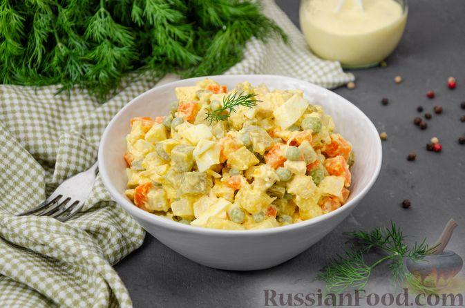 """Фото к рецепту: Салат """"Оливье"""" с курицей"""