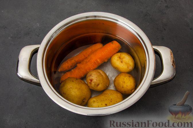 """Фото приготовления рецепта: Салат """"Оливье"""" с курицей - шаг №2"""
