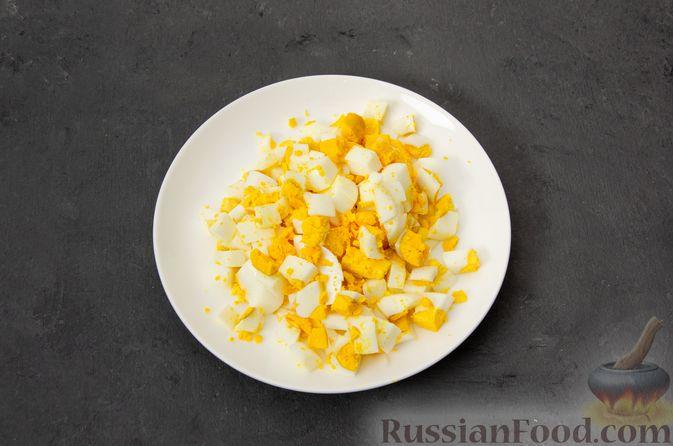 """Фото приготовления рецепта: Салат """"Оливье"""" с курицей - шаг №6"""