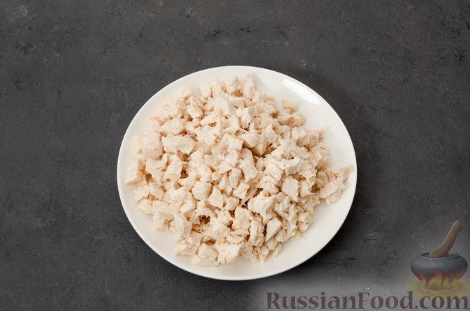 """Фото приготовления рецепта: Салат """"Оливье"""" с курицей - шаг №7"""