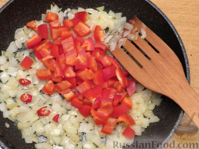 Фото приготовления рецепта: Фасоль с ветчиной, в томатном соусе - шаг №6