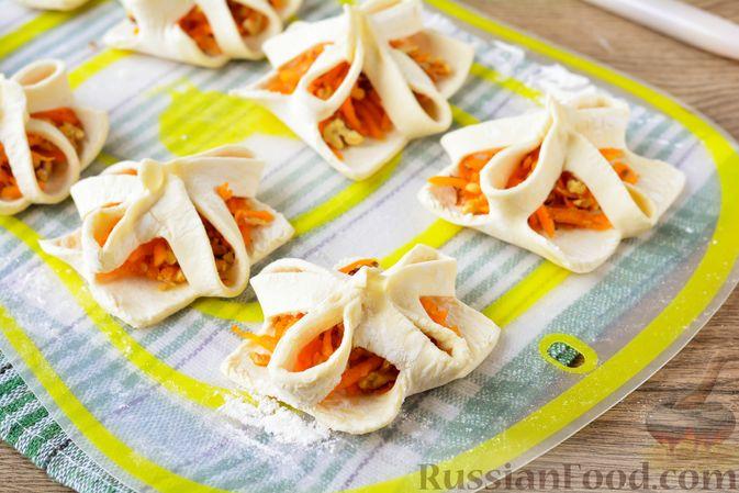 Фото приготовления рецепта: Слойки с тыквой и грецкими орехами - шаг №13