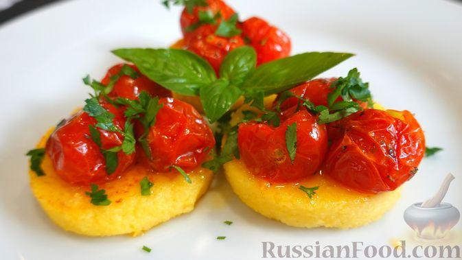 Фото к рецепту: Полента с сыром, помидорами черри и зеленью
