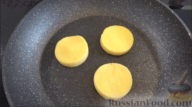 Фото приготовления рецепта: Полента с сыром, помидорами черри и зеленью - шаг №5
