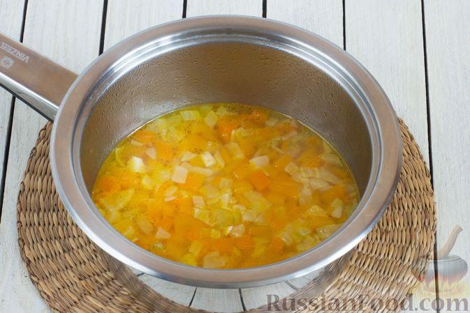 Фото приготовления рецепта: Чечевица, тушенная с тыквой - шаг №5