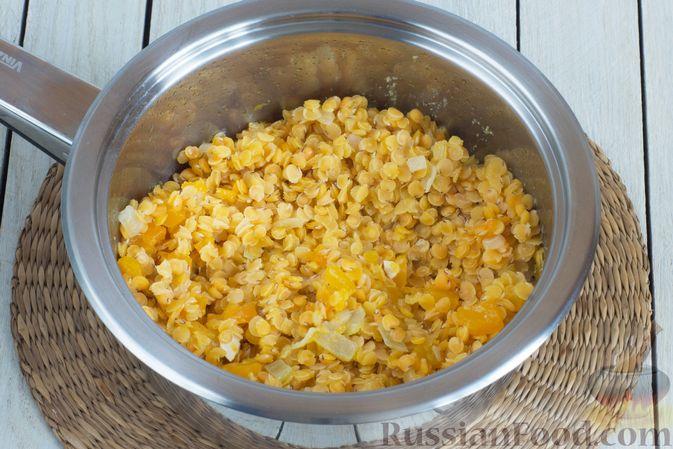 Фото приготовления рецепта: Чечевица, тушенная с тыквой - шаг №7