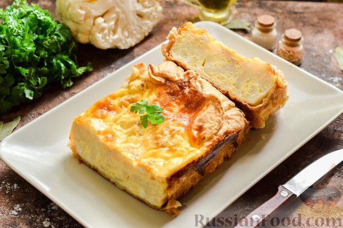 Фото к рецепту: Пирог из слоёного теста с цветной капустой в яично-сырной заливке