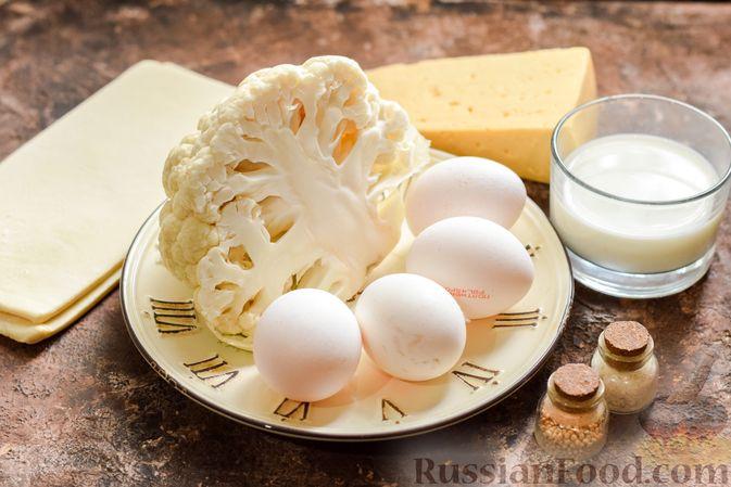 Фото приготовления рецепта: Пирог из слоёного теста с цветной капустой в яично-сырной заливке - шаг №1