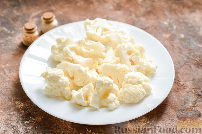Фото приготовления рецепта: Пирог из слоёного теста с цветной капустой в яично-сырной заливке - шаг №2