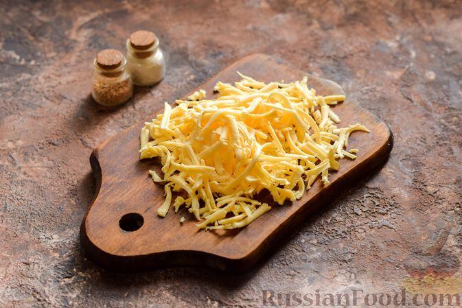 Фото приготовления рецепта: Пирог из слоёного теста с цветной капустой в яично-сырной заливке - шаг №4