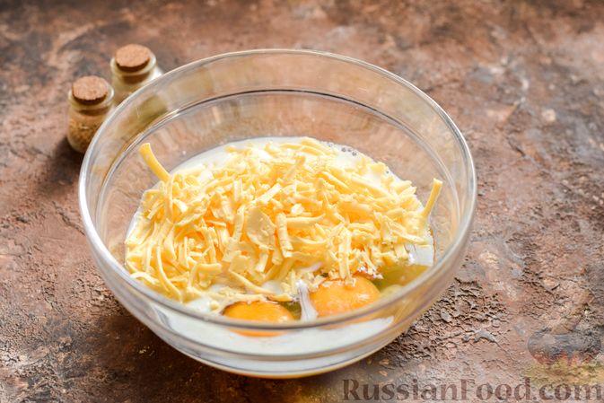 Фото приготовления рецепта: Пирог из слоёного теста с цветной капустой в яично-сырной заливке - шаг №6