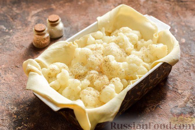 Фото приготовления рецепта: Пирог из слоёного теста с цветной капустой в яично-сырной заливке - шаг №9