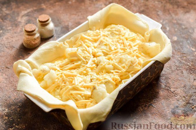 Фото приготовления рецепта: Пирог из слоёного теста с цветной капустой в яично-сырной заливке - шаг №10