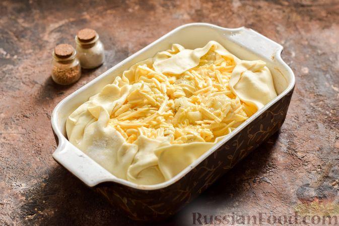 Фото приготовления рецепта: Пирог из слоёного теста с цветной капустой в яично-сырной заливке - шаг №11
