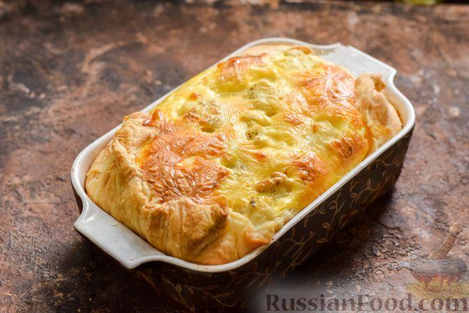 Фото приготовления рецепта: Пирог из слоёного теста с цветной капустой в яично-сырной заливке - шаг №12