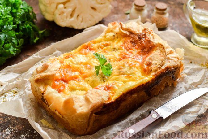 Фото приготовления рецепта: Пирог из слоёного теста с цветной капустой в яично-сырной заливке - шаг №13