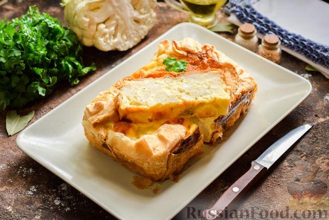 Фото приготовления рецепта: Пирог из слоёного теста с цветной капустой в яично-сырной заливке - шаг №14