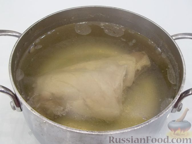 Фото приготовления рецепта: Слоёный мясной салат с картофелем, шампиньонами и зелёным горошком - шаг №3