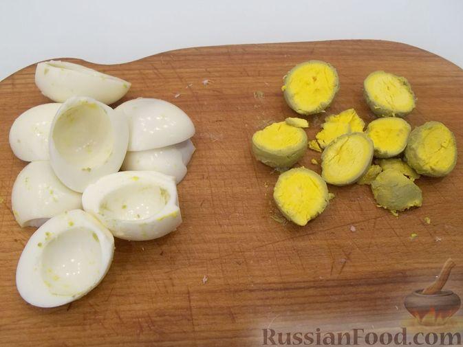 Фото приготовления рецепта: Слоёный мясной салат с картофелем, шампиньонами и зелёным горошком - шаг №6