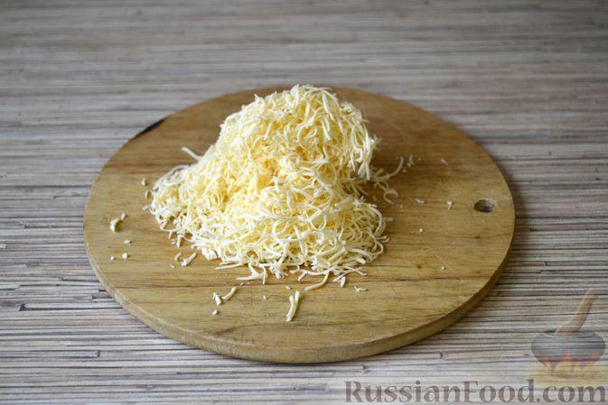 Фото приготовления рецепта: Слоёный салат с крабовыми палочками, ананасами, сыром и яйцами - шаг №4