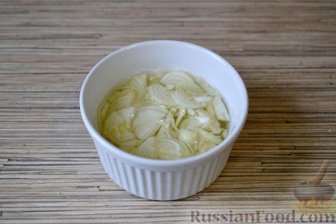 Фото приготовления рецепта: Слоёный салат с крабовыми палочками, ананасами, сыром и яйцами - шаг №3