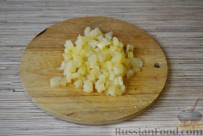 Фото приготовления рецепта: Слоёный салат с крабовыми палочками, ананасами, сыром и яйцами - шаг №6