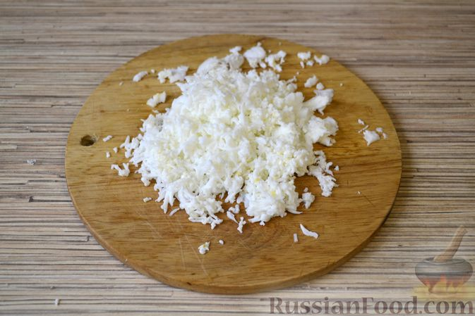 Фото приготовления рецепта: Слоёный салат с крабовыми палочками, ананасами, сыром и яйцами - шаг №7