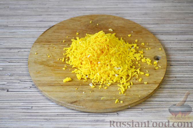 Фото приготовления рецепта: Слоёный салат с крабовыми палочками, ананасами, сыром и яйцами - шаг №8