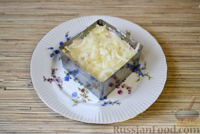 Фото приготовления рецепта: Слоёный салат с крабовыми палочками, ананасами, сыром и яйцами - шаг №14