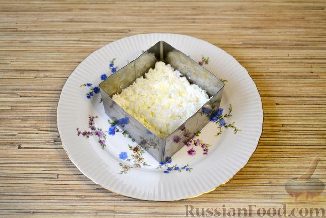 Фото приготовления рецепта: Слоёный салат с крабовыми палочками, ананасами, сыром и яйцами - шаг №10