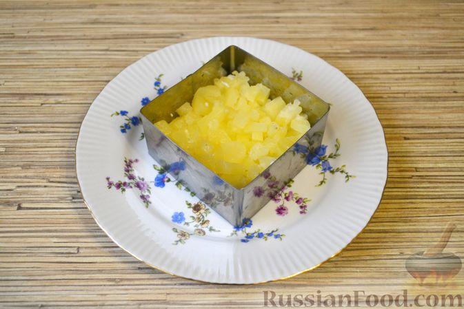 Фото приготовления рецепта: Слоёный салат с крабовыми палочками, ананасами, сыром и яйцами - шаг №11