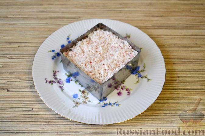 Фото приготовления рецепта: Слоёный салат с крабовыми палочками, ананасами, сыром и яйцами - шаг №12