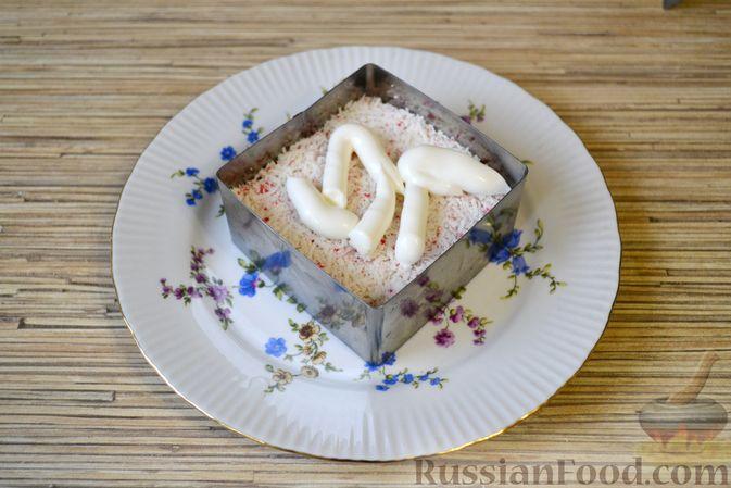 Фото приготовления рецепта: Слоёный салат с крабовыми палочками, ананасами, сыром и яйцами - шаг №13