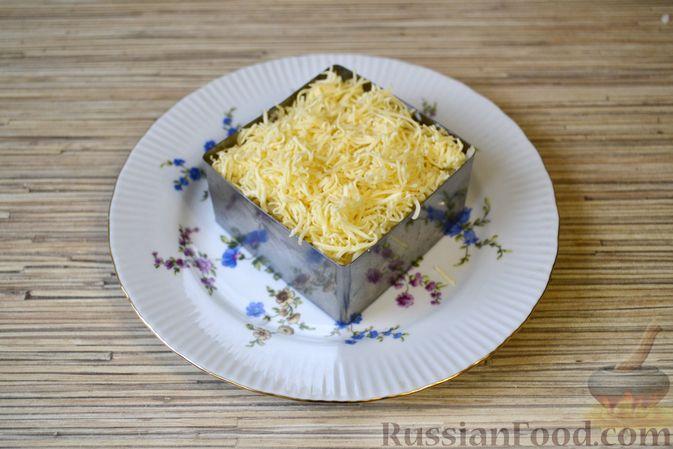 Фото приготовления рецепта: Слоёный салат с крабовыми палочками, ананасами, сыром и яйцами - шаг №15