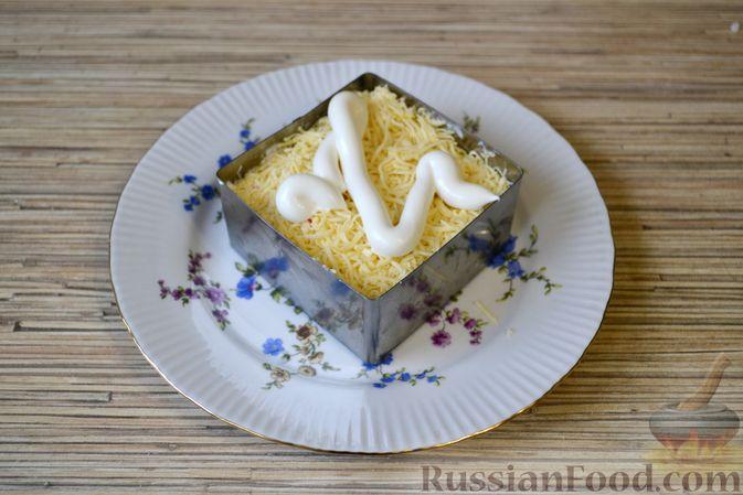 Фото приготовления рецепта: Слоёный салат с крабовыми палочками, ананасами, сыром и яйцами - шаг №16