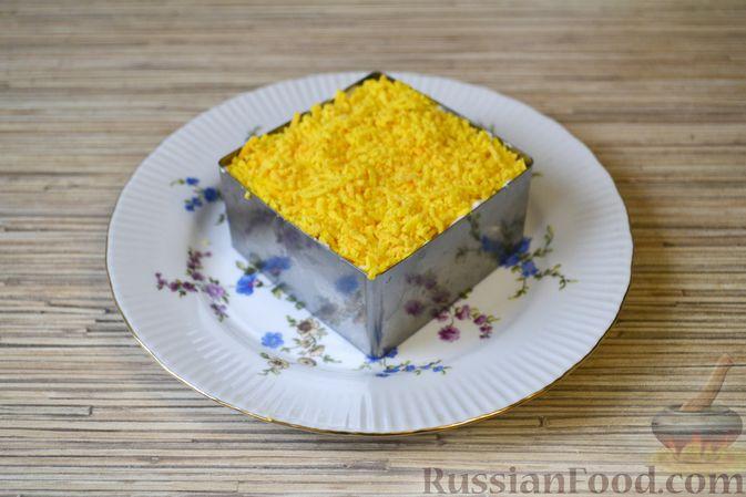 Фото приготовления рецепта: Слоёный салат с крабовыми палочками, ананасами, сыром и яйцами - шаг №17