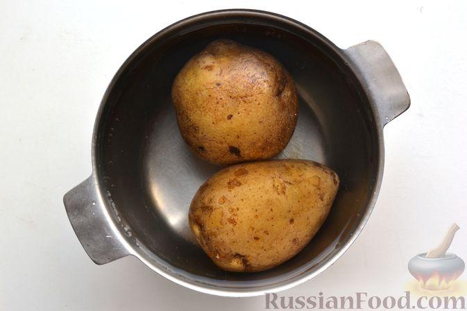 Фото приготовления рецепта: Салат с картофелем, сельдью, яйцами и горчичной заправкой - шаг №2