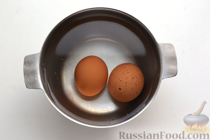 Фото приготовления рецепта: Салат с картофелем, сельдью, яйцами и горчичной заправкой - шаг №3