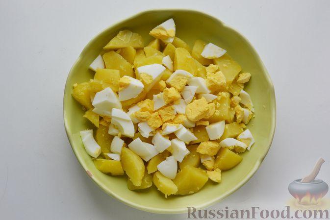 Фото приготовления рецепта: Салат с картофелем, сельдью, яйцами и горчичной заправкой - шаг №8