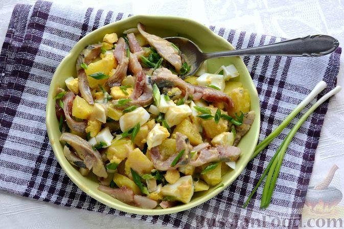 Фото приготовления рецепта: Салат с картофелем, сельдью, яйцами и горчичной заправкой - шаг №13